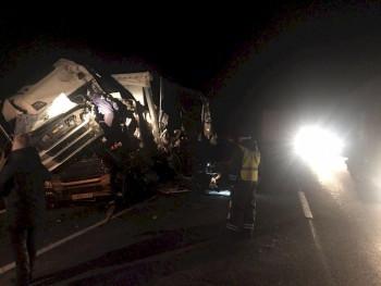 На Пермском тракте грузовик на встречке врезался в фуру, один человек погиб