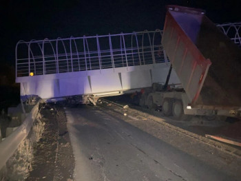 На трассе Пермь — Екатеринбург пешеходный мост обрушился на машины. Два водителя погибли