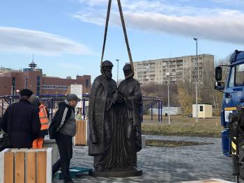 В парке «Народный» установили памятник Петру и Февронии