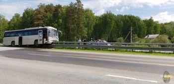 НаСеровском тракте рейсовый автобус вылетел сполосы ивъехал вограждение