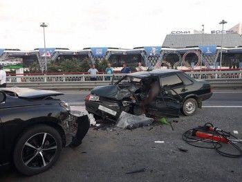 В Сочи водитель из Свердловской области устроил лобовое ДТП, уходя от погони