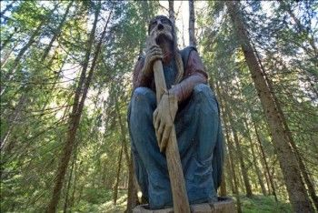 Деревянная статуя Бабы Яги насмерть придавила школьника из Нижнего Тагила