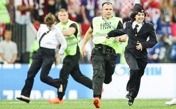 Участники Pussy Riot в полицейской форме прервали финальный матч ЧМ-2018 (ВИДЕО)