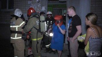 Ночью в посёлке под Екатеринбургом загорелось общежитие