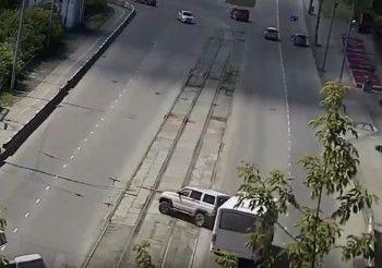 В Нижнем Тагиле автобус врезался в УАЗ. Женщина за рулём внедорожника от испуга нажала на педаль газа и въехала в бетонный забор (ВИДЕО)