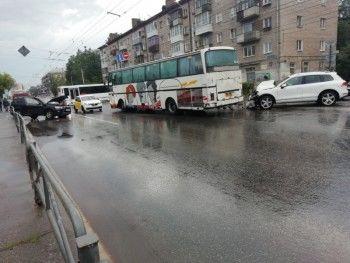 Автобус с туристами из Нижнего Тагила попал в ДТП в центре Перми (ВИДЕО)