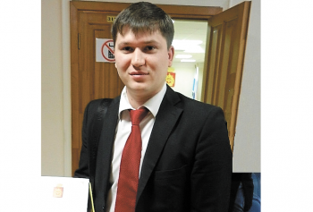 Руководитель ОД «Тагил без ям» Никита Чапурин взял деньги с жителей Черноисточинска и построил им незаконную дорогу. Чиновники распорядились её разрушить