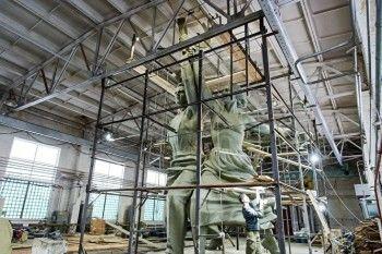В Верхней Пышме установили копию памятника «Рабочий и колхозница» (ВИДЕО)