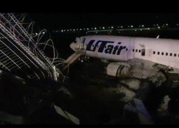 В Сочи пассажирский самолёт при посадке скатился в реку и загорелся. Проводивший эвакуацию людей сотрудник аэропорта умер от сердечного приступа