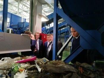 Пинаев и министр посмотрели тюменский завод, аналог которого хотят построить в Нижнем Тагиле. Чиновники в восторге, но пока понятно лишь одно — проект съест миллиарды