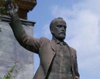В Нижнем Тагиле за миллион рублей продают 4-метровую статую Баумана