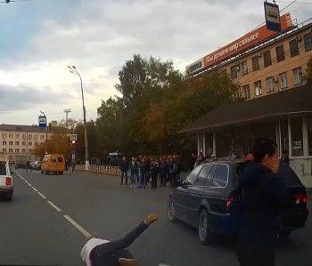 У центральной проходной НТМК BMW сбил женщину (ВИДЕО)