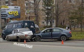 В Нижнем Тагиле в аварии с пассажирской «Газелью» пострадали два человека (ВИДЕО)