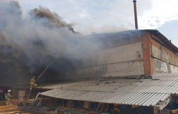 В Тавде загорелся мебельный ангар на площади 1,2 тысячи кв. метров