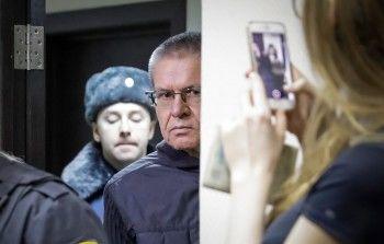 Суд снял арест со счёта Улюкаева для списания штрафа