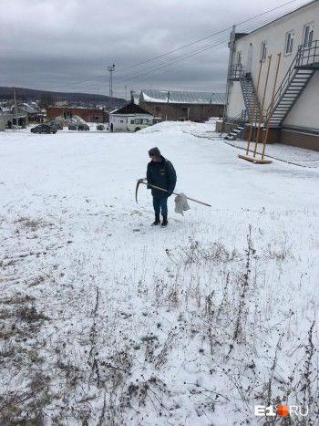 В Екатеринбурге спасателей заставили косить траву вместе со снегом перед приездом начальства (ВИДЕО)