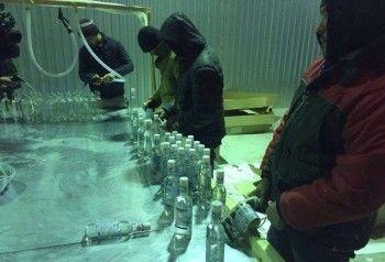 В Нижнем Тагиле полиция накрыла цех по розливу контрафактной водки с узбеками-нелегалами
