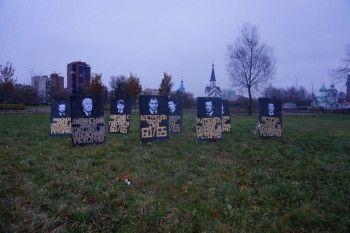 В Санкт-Петербурге поставили надгробия для проголосовавших за пенсионную реформу депутатов Госдумы