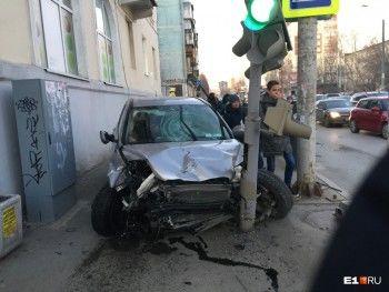 В Екатеринбурге автомобиль сбил на тротуаре маму с коляской. У женщины перелом позвоночника, ребёнок в коме