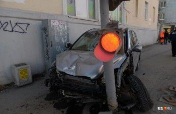 «Перепутал газ и тормоз»: появилось видео утренней аварии с Honda в Екатеринбурге (ВИДЕО)