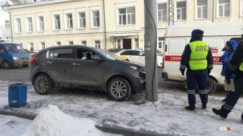 В Екатеринбурге водитель умер за рулём и врезался в столб на тротуаре