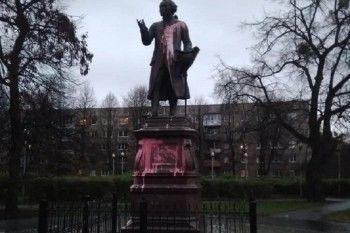 В Калининграде облили краской памятник Иммануилу Канту