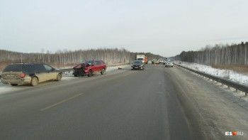 Под Екатеринбургом из-за отпавшего колеса грузовика произошло массовое ДТП