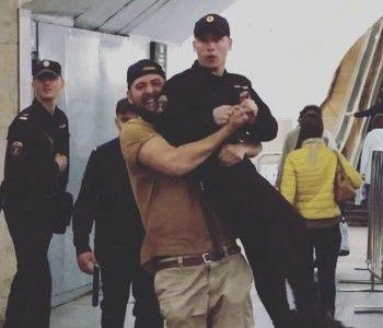 Москвича, поднявшего сотрудника Росгвардии на руки в метро, приговорили к штрафу