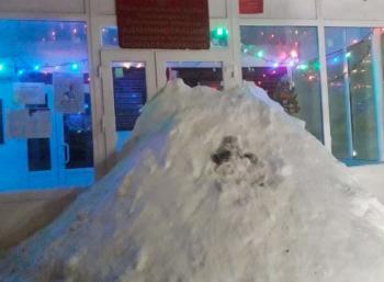 Жители посёлка в Самарской области завалили снегом вход в городскуюадминистрацию