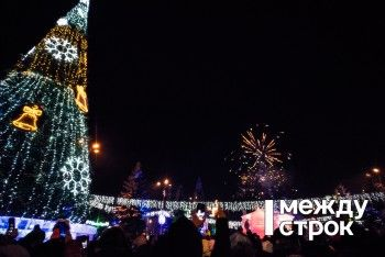 Новогодний городок в Нижнем Тагиле открыли лазерным шоу и салютом (ФОТО)