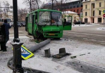 В центре Екатеринбурга автобус снёс столб, пострадали 4 ребёнка и 7 взрослых