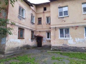 В Нижнем Тагиле в подъезде жилого дома обвалился потолок (ВИДЕО)