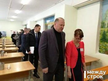«Это удручает». Цуканов и Куйвашев в Нижнем Тагиле посетили школу, где обрушился потолок