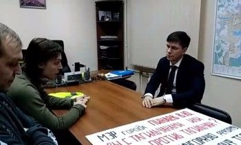 «Я готов каждый день выходить и встречаться». На третий день бессрочного пикета против мусорной реформы Андрей Ленда вышел к активистам и пригласил в мэрию (ВИДЕО)