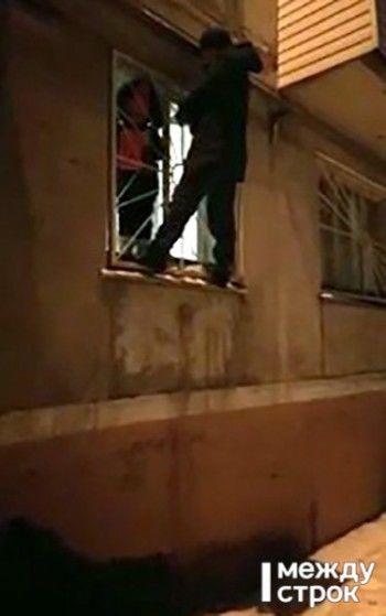 В Нижнем Тагиле 6-летняя девочка застряла в оконной решётке, оставшись ночью одна в квартире (ВИДЕО СПАСЕНИЯ)
