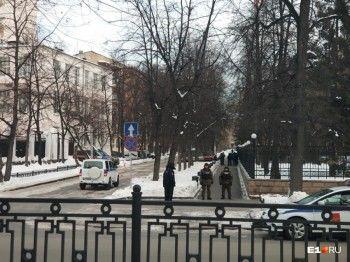 Из-за прилёта в Екатеринбург замглавы Минобороны на улицах города появились вооружённые люди в бронежилетах