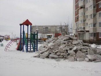 В Нижнем Тагиле управляющая компания свалила грязный снег с проезжей части на детскую площадку