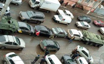 Два БТР собрали «гармошку» из автомобилей в центре Курска (ВИДЕО)