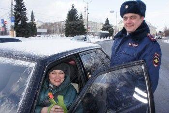 Начальник ГИБДД Нижнего Тагила поздравил автолюбительниц с 8 Марта