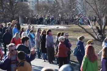 В Екатеринбурге несколько тысяч горожан вышли на акцию в защиту сквера у драмтеатра (ФОТО)