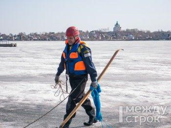 Урок выживания на весеннем льду для жителей Нижнего Тагила провели водолазы-спасатели (ФОТОРЕПОРТАЖ)