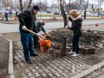 «Позиция нормального человека — взять и сделать хоть что-то для улучшения города». В Нижнем Тагиле более ста сотрудников администрации вышли на городской субботник