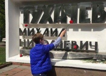 В Москве школьники вчесть 9Мая возложили цветы кпамятнику Тухачевскому