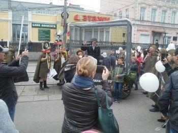 В Нижнем Тагиле артисты цирка вывели на парад Победы боевую конницу и клетку с «фашистами»