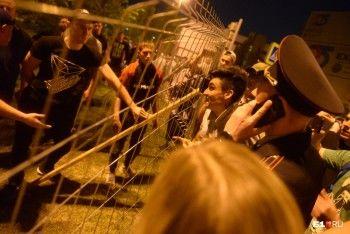 «Кто к забору подойдёт — упадёт»: в Екатеринбурге против протестующих применили слезоточивый газ (ВИДЕО)