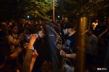 «Космонавты», задержания и спортсмены с иконой: чем закончилась ночная «битва за сквер» в Екатеринбурге (ФОТО, ВИДЕО)