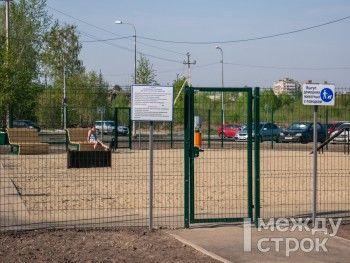 «Это должно стать частью культуры, как в Европе». Тагильчане тестируют первую специализированную площадку для выгула собак в парке «Народный»