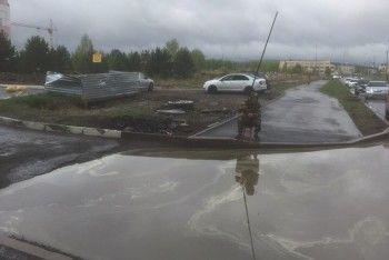 В соцсетях обсуждают фото тагильчанина с удочкой у дорожной ямы