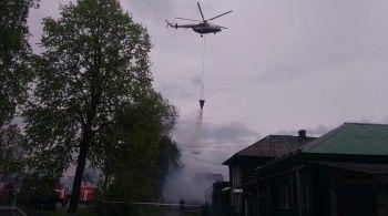 В Нижней Салде крупный пожар уничтожил шесть домов. МЧС задействовало вертолёт (ВИДЕО)