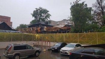 В Перми кран рухнул на жилые дома (ВИДЕО)